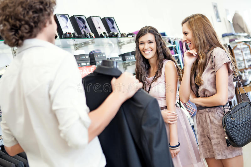 Het kopen van een Kostuum stock foto's