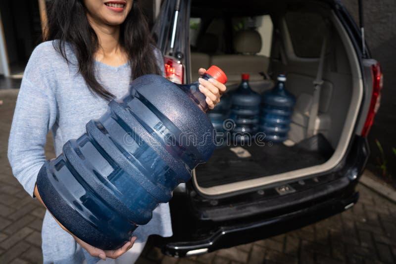 Het kopen van een nieuwe gallon water royalty-vrije stock afbeelding
