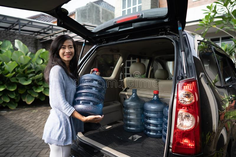 Het kopen van een nieuwe gallon water stock afbeeldingen