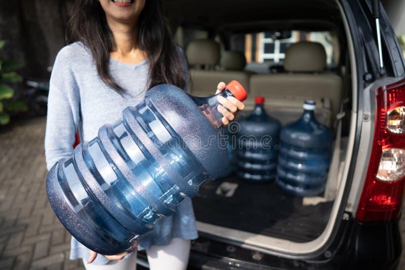 Het kopen van een nieuwe gallon water stock fotografie