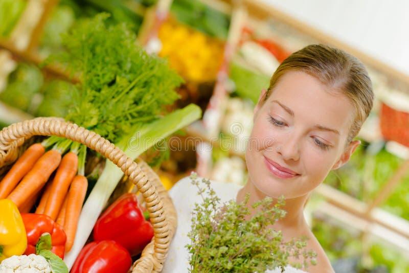 Het kopen van groenten bij lokale supermarkt royalty-vrije stock foto's