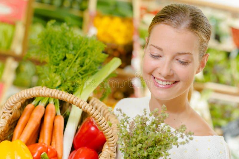 Het kopen van groenten bij lokale supermarkt stock afbeelding