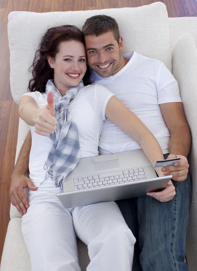Het kopen van het paar online thuis met omhoog thums stock afbeelding