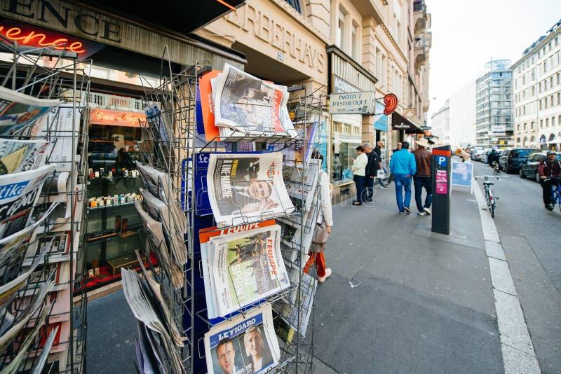 Het kopen van internationale pers met Emmanuel Macron en Marine le P stock fotografie