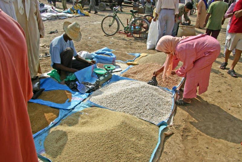 Het kopen van kouskous op de Markt stock afbeelding