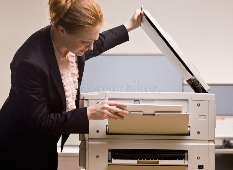 Het kopiëren van de onderneemster documenten in bureau royalty-vrije stock foto