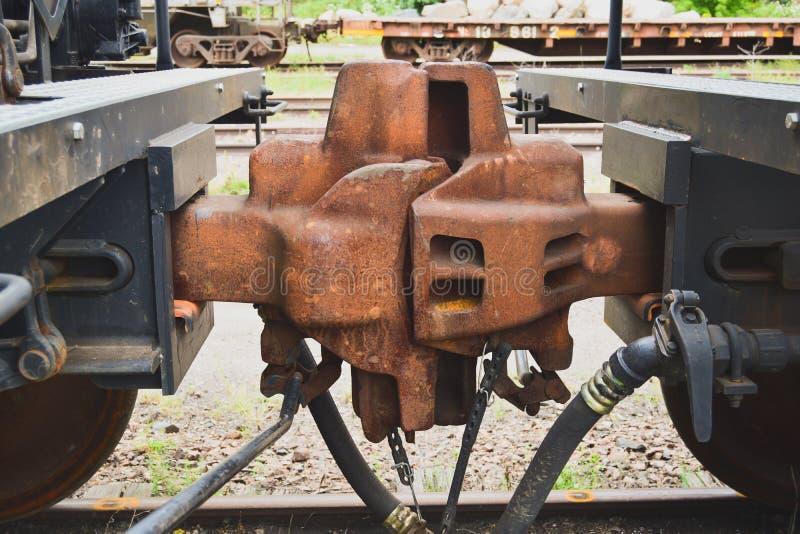 Het koppelen tussen twee spoorwegauto's op sporen stock fotografie
