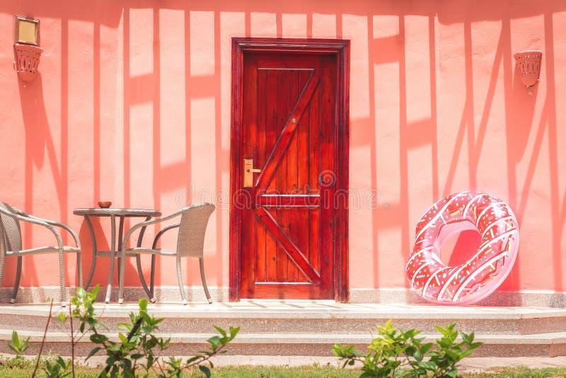 Het koraalportiek van het de zomerhuis met opblaasbare doughnutbuis royalty-vrije stock afbeeldingen