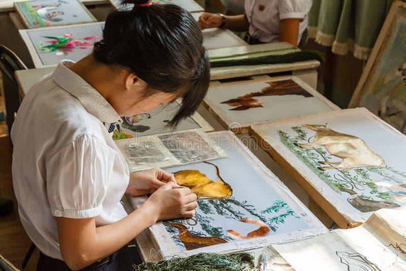 Het Koreaanse meisje borduurt een beeld royalty-vrije stock foto