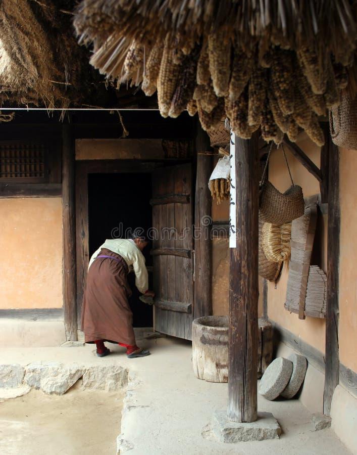 Het Koreaanse vrouw schoonmaken royalty-vrije stock afbeelding