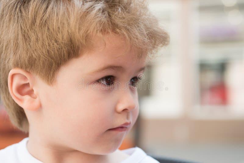 Het korte blondehaar is nog koeler Weinig kind met modieus kapsel Weinig kind met kort kapsel Kleine jongen met royalty-vrije stock foto