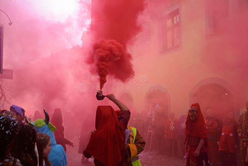 Het Kostuum van Konstanz Fasnacht met rode rook stock afbeeldingen