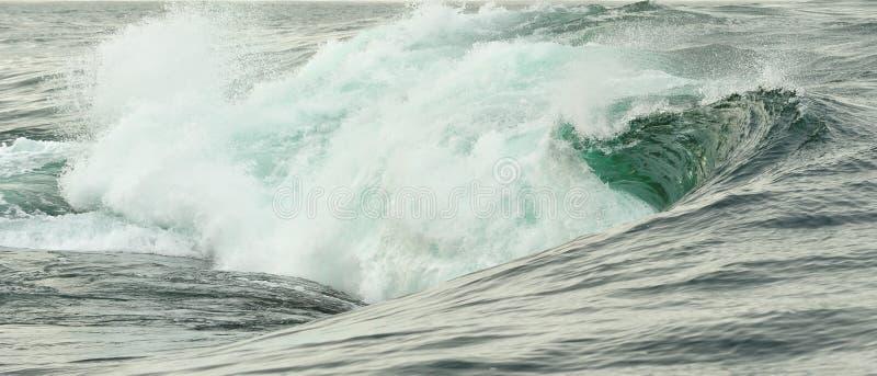 Het krachtige oceaangolf breken Golf op de oppervlakte van de oceaan Golfonderbrekingen op een ondiepe bank royalty-vrije stock afbeelding