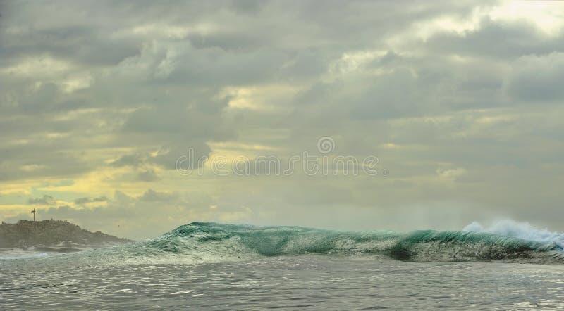 Het krachtige oceaangolven breken Golf op de oppervlakte van de oceaan royalty-vrije stock fotografie