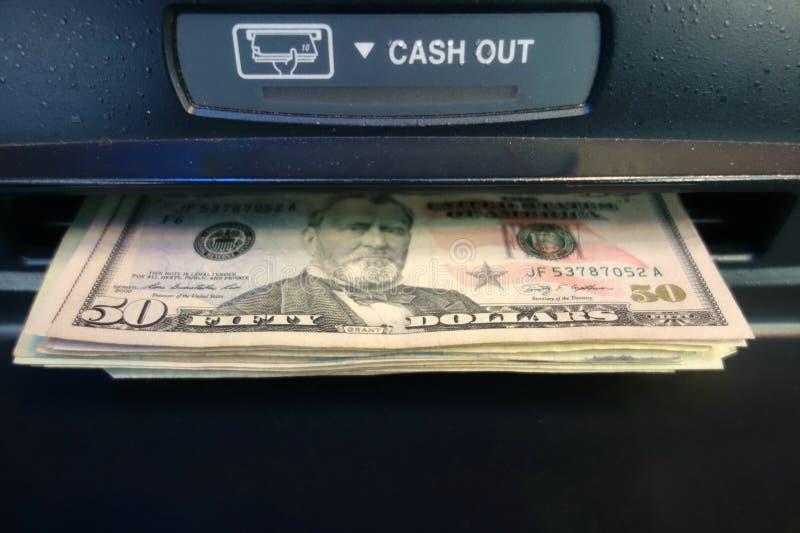 Het krijgen van Contant geld bij ATM royalty-vrije stock afbeeldingen