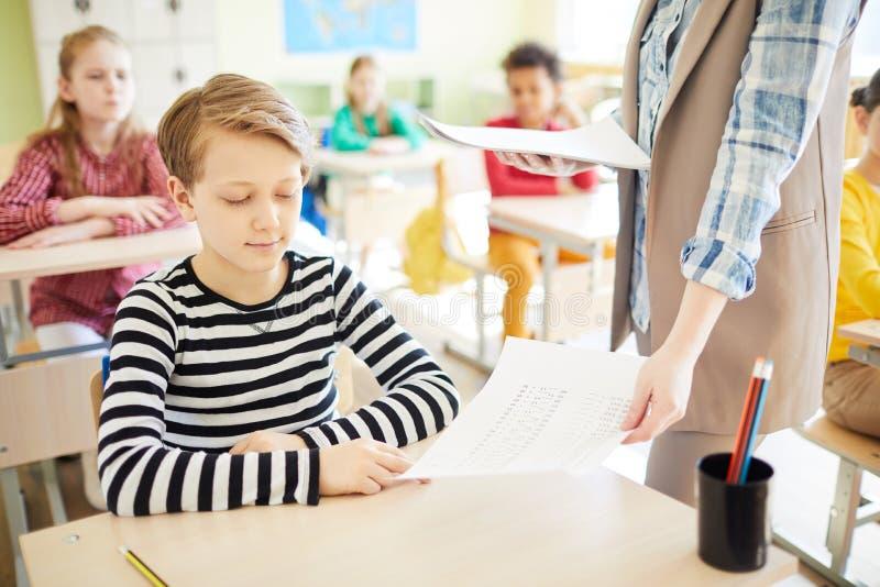 Het krijgen van de rug van de schooltest stock afbeeldingen