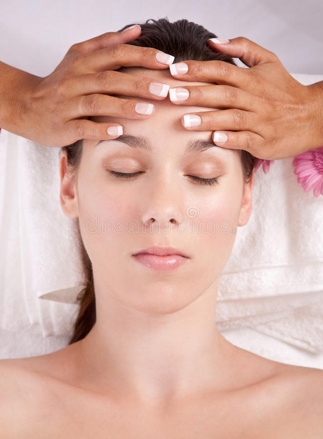 Het krijgen van een massage royalty-vrije stock fotografie