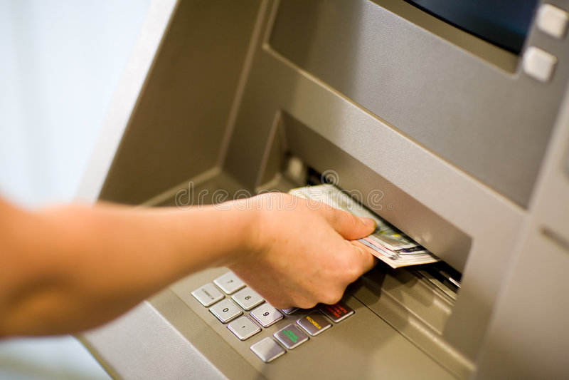 Het krijgen van Geld bij ATM stock afbeelding