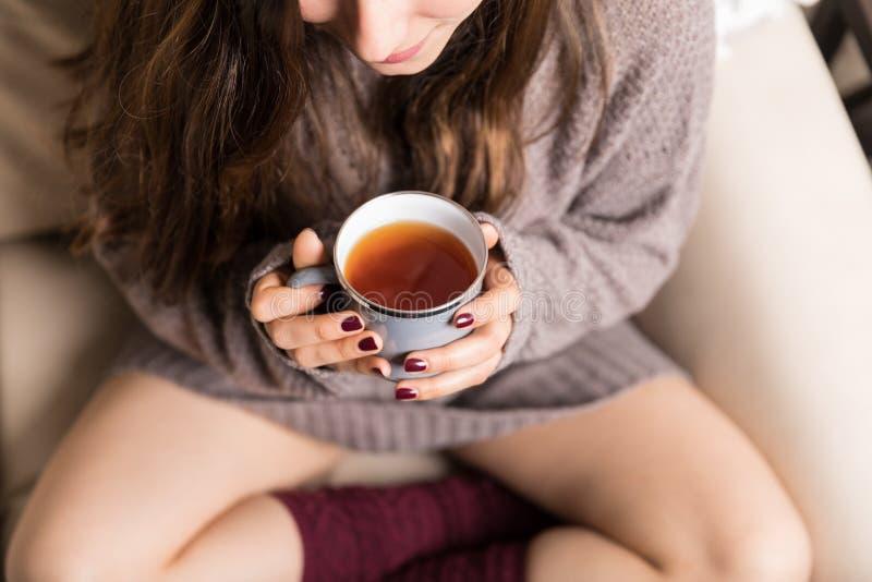 Het krijgen van Warmness van Koffie tijdens de Koude Winter royalty-vrije stock afbeelding