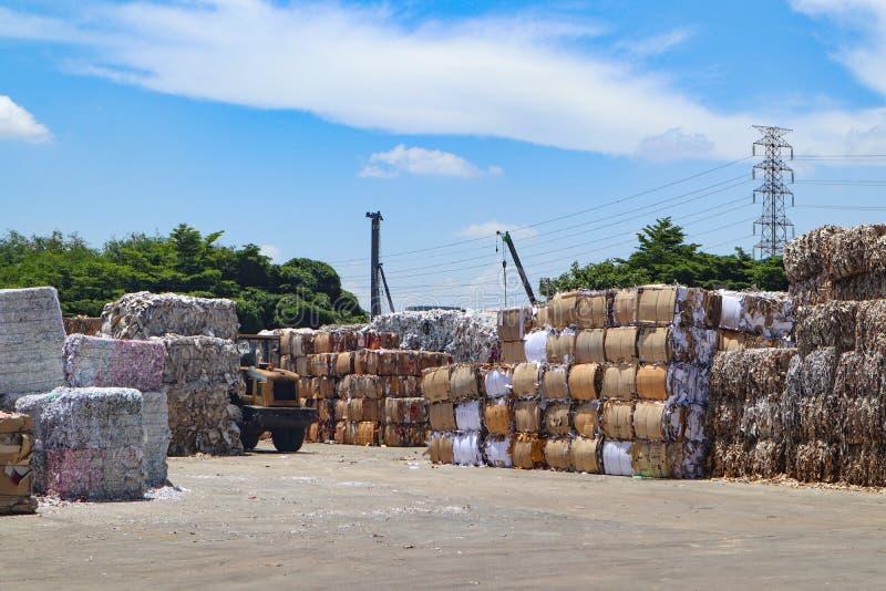 Het kringloop het huisvuil en het document van het de industriekarton afval na het drukken in de hydraulische het in balen verpak stock afbeeldingen