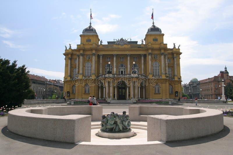 Het Kroatische Nationale Theater en de put van het leven in Zagreb stock foto