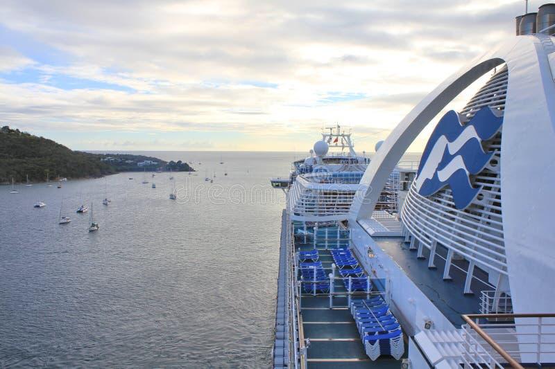 Het kroonprinsesschip vertrekt van Charlotte Amalie-haven op het eiland van Heilige Thomas royalty-vrije stock afbeeldingen