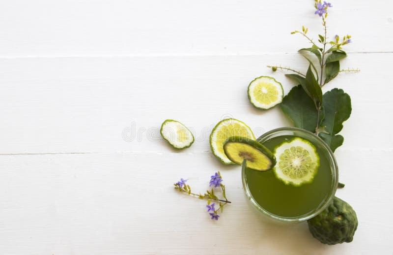 Het kruiden gezonde water van de dranken kaffir kalk bevroren cocktail stock fotografie
