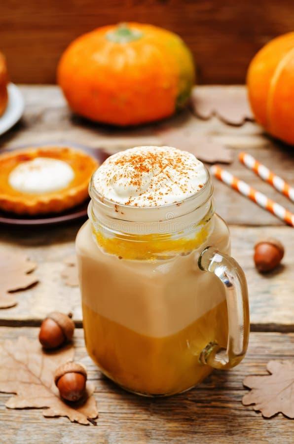 Het kruidpompoen van de pompoenpastei latte royalty-vrije stock afbeeldingen
