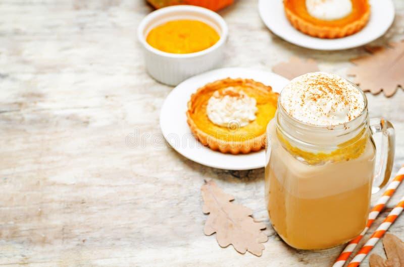 Het kruidpompoen van de pompoenpastei latte stock afbeelding