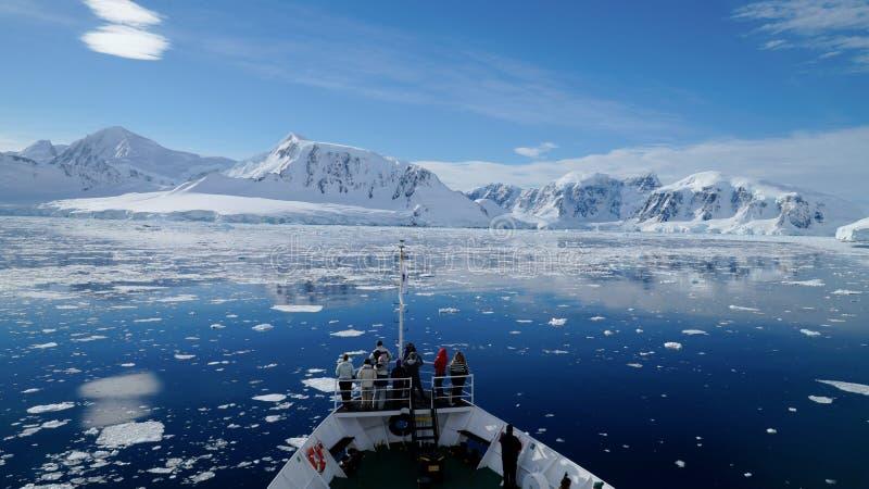 Het kruisen door het Neumayer-kanaalhoogtepunt van Ijsbergen in Antarctica stock fotografie