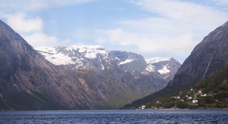Het kruisen van Aurlandsfjord, Noorwegen stock foto