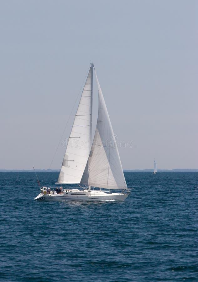 Het Kruisen van de zeilboot stock afbeeldingen