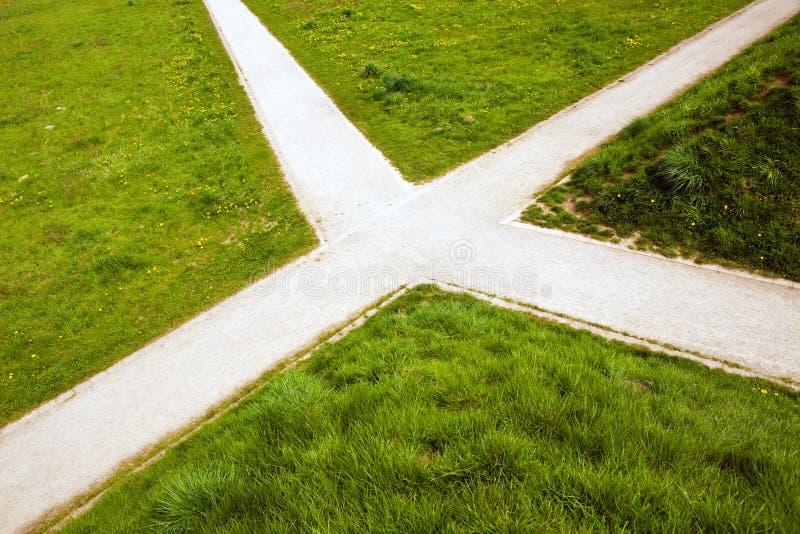 Het kruispunt in het land en het groene gras royalty-vrije stock afbeeldingen
