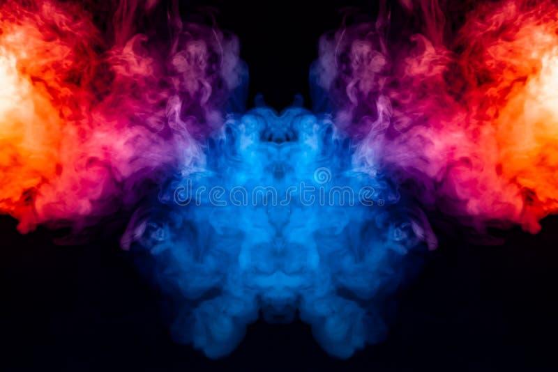 Het krullen van rook verdampende krullen in de vorm van een spectaculair, mystiek die hoofd, met blauw, rood wordt benadrukt, pur vector illustratie