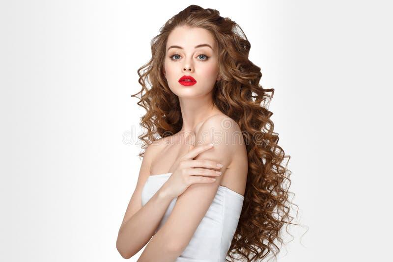Het krullende het portret lange haar van de haarvrouw met perfect maakt omhoog rode lippen royalty-vrije stock afbeeldingen
