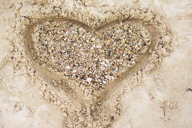 Het krullende kind spelen op strand royalty-vrije stock foto's