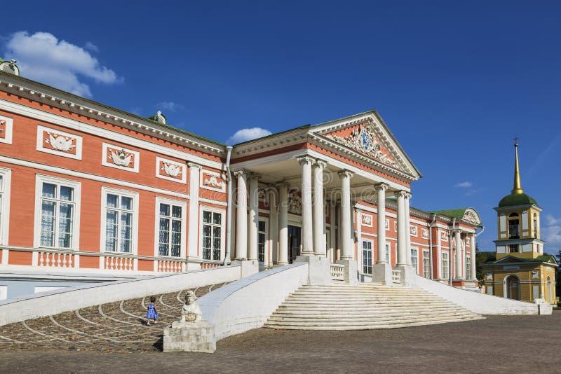 Het Kuskovo-landgoed, het vroegere landgoed van de tellingen Sheremetev Paleis en klokketoren van de orthodoxe kerk van de redder royalty-vrije stock fotografie