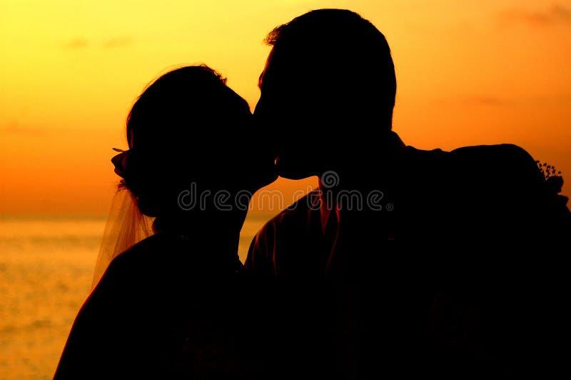 Het kussen bij zonsondergang