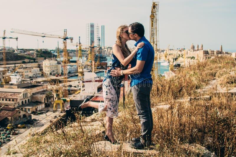 Het kussen van de man en van de vrouw royalty-vrije stock foto