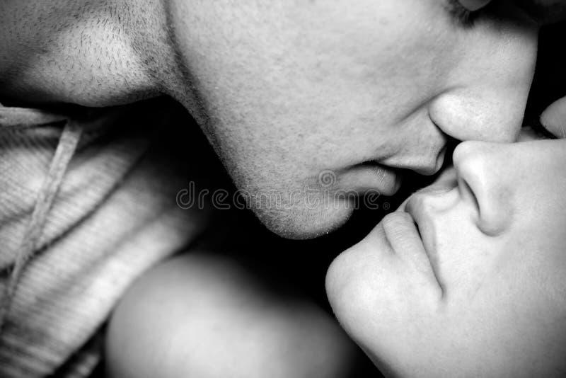 Het kussen van de vrouw en man stock foto