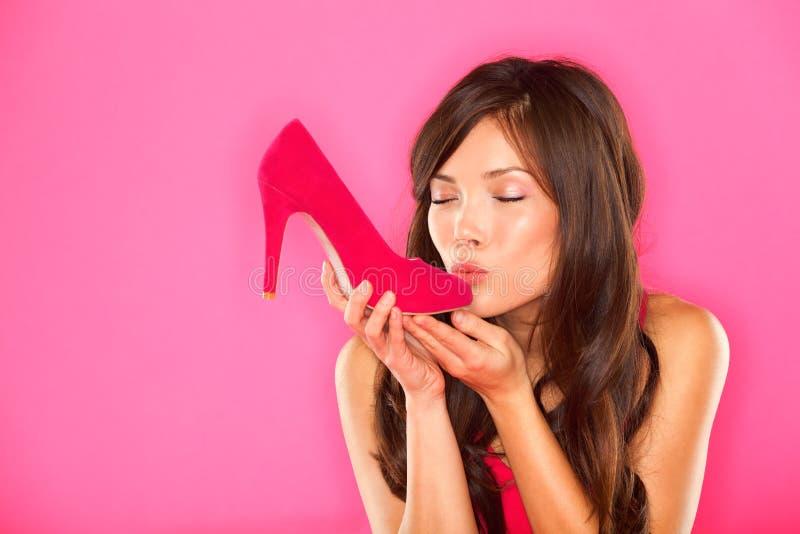 Het kussen van de vrouw schoen stock foto's