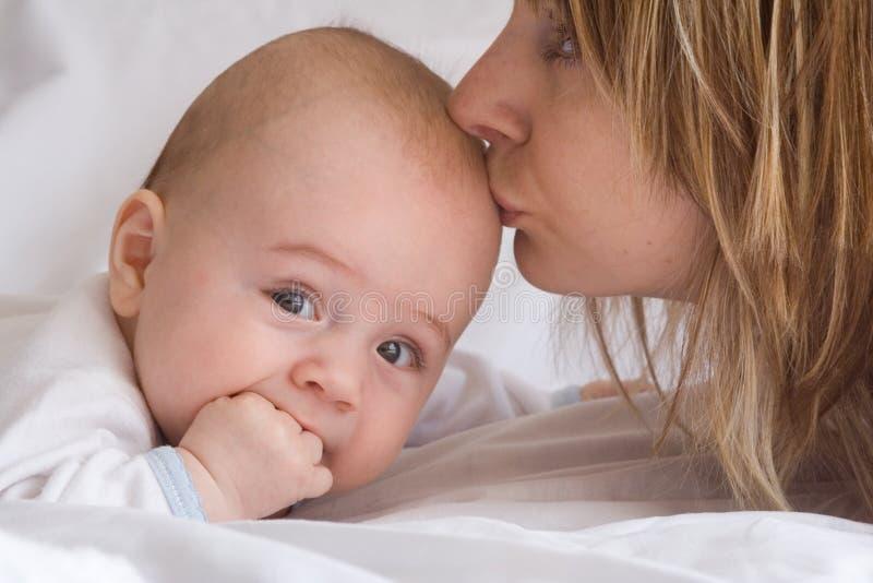 Het kussen van een baby royalty-vrije stock afbeelding