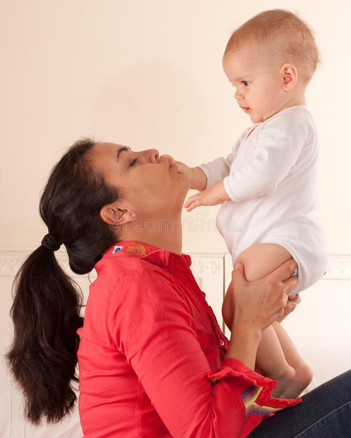 Het kussen van het mamma babyhand stock afbeeldingen