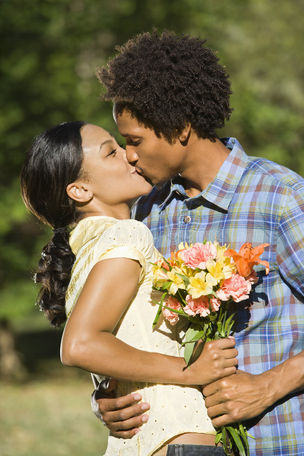 Het kussen van het paar. stock foto's