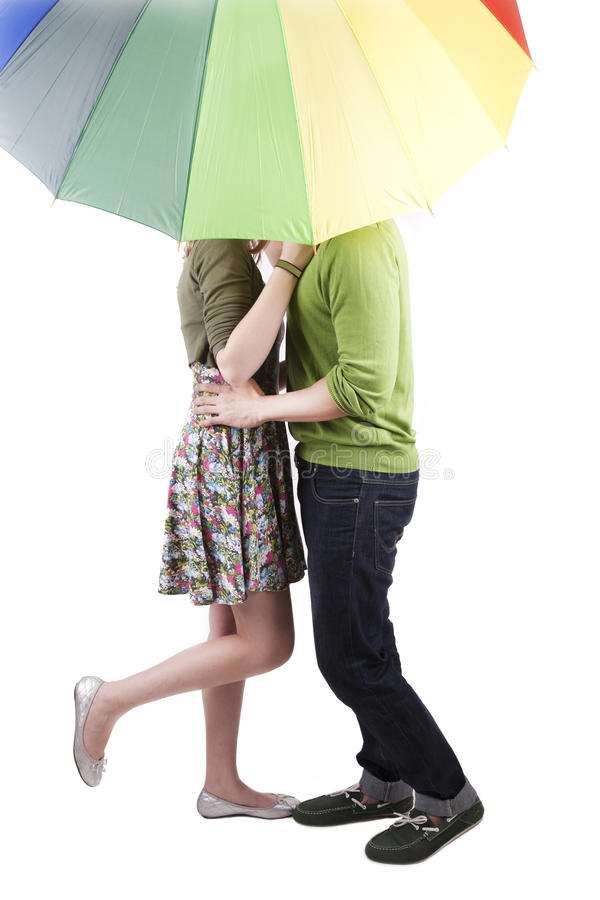 Het kussen van het paar onder de paraplu royalty-vrije stock foto