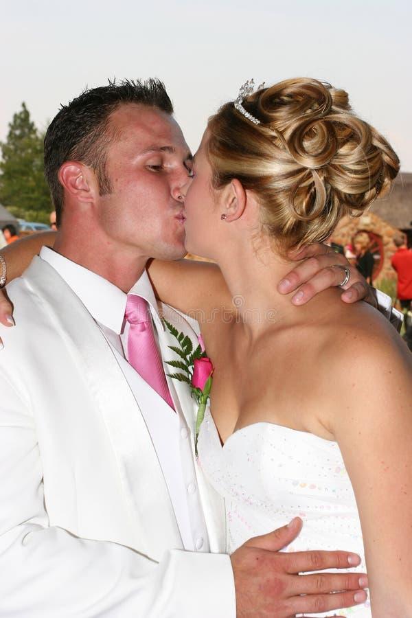 Het kussen van het Paar van het huwelijk stock fotografie