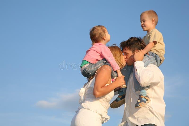 Het kussen van ouders royalty-vrije stock afbeeldingen