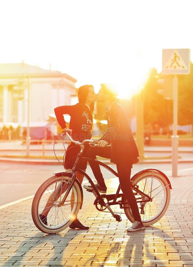 Het kussen van romantisch paar in liefde Zonsondergang Jongen en meisje die n bevinden zich stock afbeelding