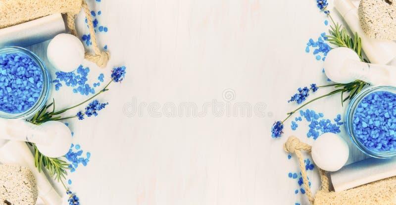 Het kuuroord die met Lavendel plaatsen bloeit, overzees zout en wellnesshulpmiddelen op lichte achtergrond, hoogste mening stock foto's