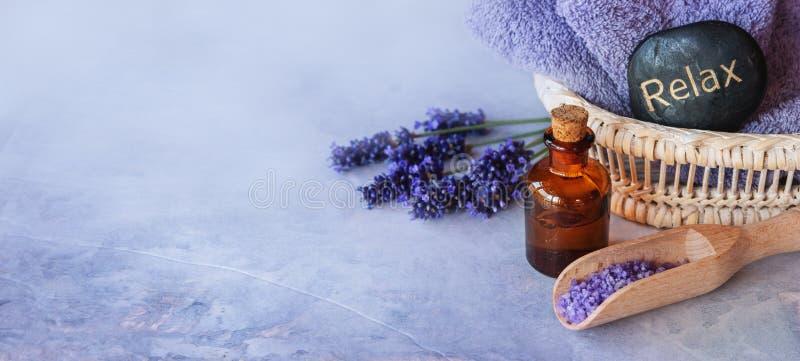 Het kuuroord van de lavendeletherische olie stock afbeelding